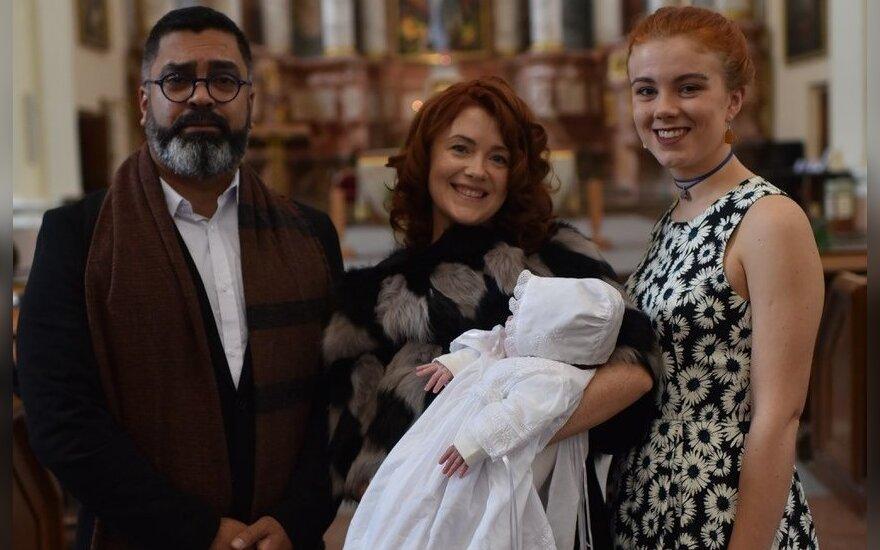 Erica Jennings su dukrele ir jos krikšto tėvais