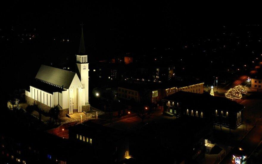 Apšviesta Gargždų Šv. arkangelo Mykolo bažnyčia