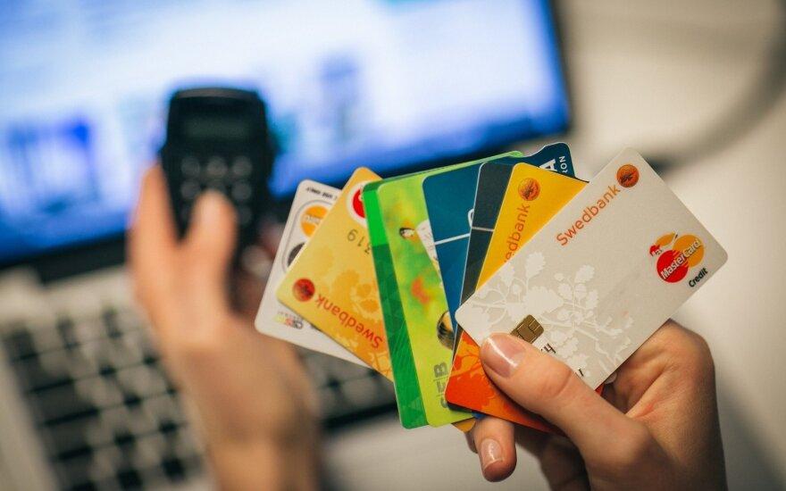LB tyrimas: krepšelius pasirinkę gyventojai bankams sumokėjo gerokai mažiau