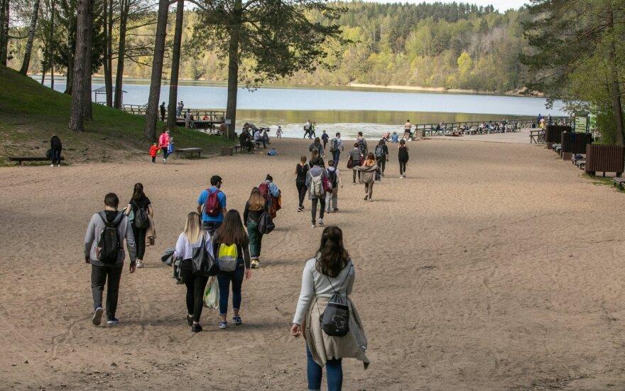 Pakilus termometro stulpeliui, lietuviai pamiršo karantiną: savaitgalį leido prie ežerų