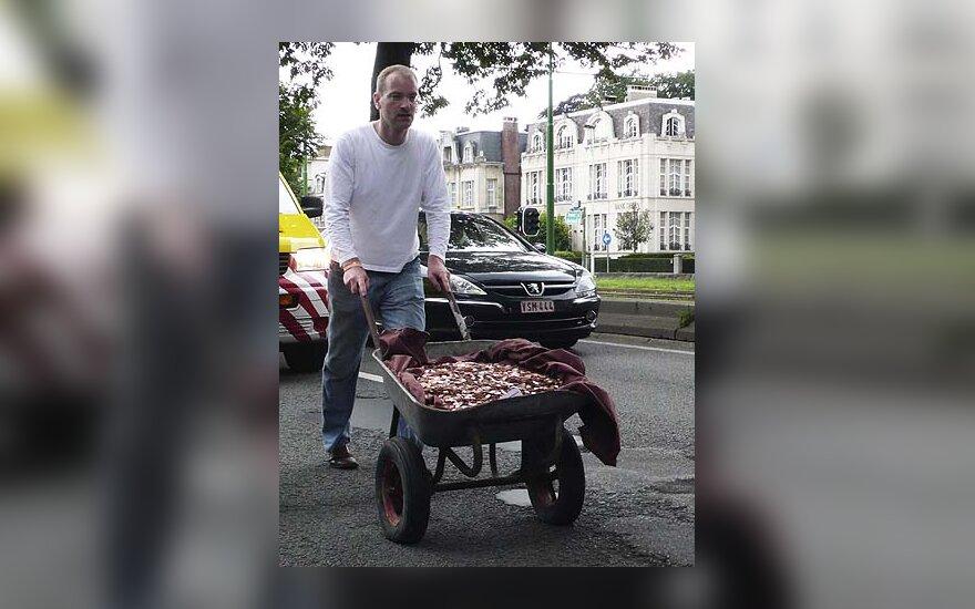 Patrickas Janssenas karučiu gabena euro centų monetas