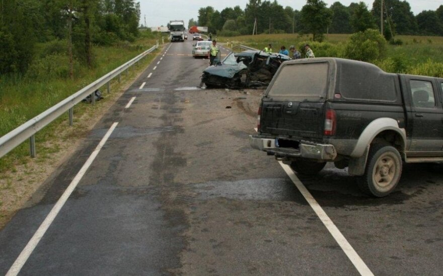 """Utenos r. prieš eismą išlėkęs """"Nissan"""" sukėlė tragišką avariją"""