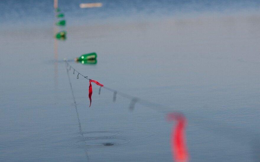 Virvė su buteliais eina nuo kranto