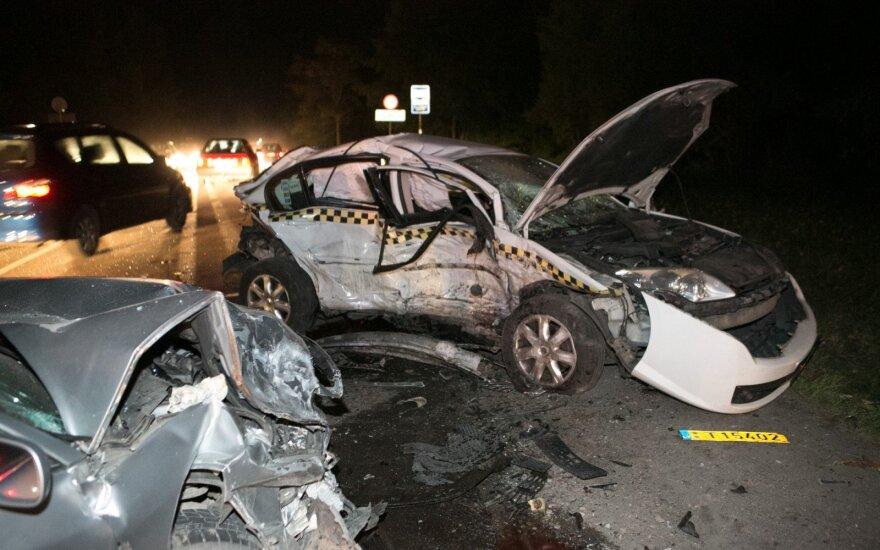 """Vilniaus pakraštyje blaivus taksistas sukėlė avariją, """"Mercedes"""" vairuotojas girtas"""