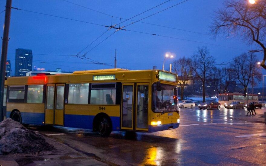 Tarp keleivių greitajame autobuse - lavonas