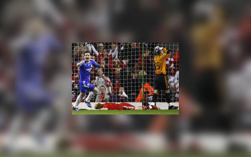 "Frankas Lampardas (""Chelsea""), Johnas Arne Riise (guli, ""Liverpool"") ir Pepe Reina (""Liverpool"")"
