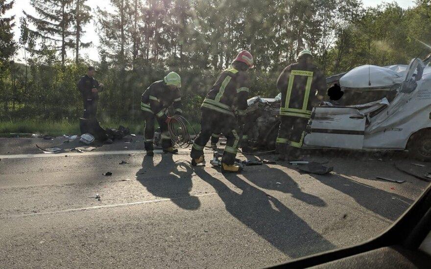 Didelė avarija kelyje Kaunas-Klaipėda: gelbėtojai vadavo sumaitotame automobilyje prispaustą vyrą