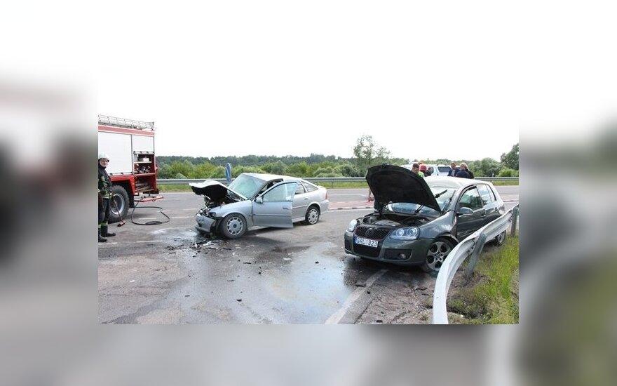 Jurbarko r. sužaloti žmonės, sudaužyti automobiliai, vienas jų užsidegė