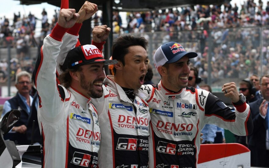 "Le Mano lenktynėse triumfavo Fernando Alonso, Kazuki Nakajima ir Sebastienas Buemi su ""Toyota TS050 Hybrid LMP1"" bolidu"
