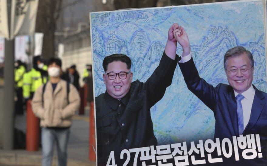 Plakatas su Kim Jong Unu ir Moon Jae-Inu