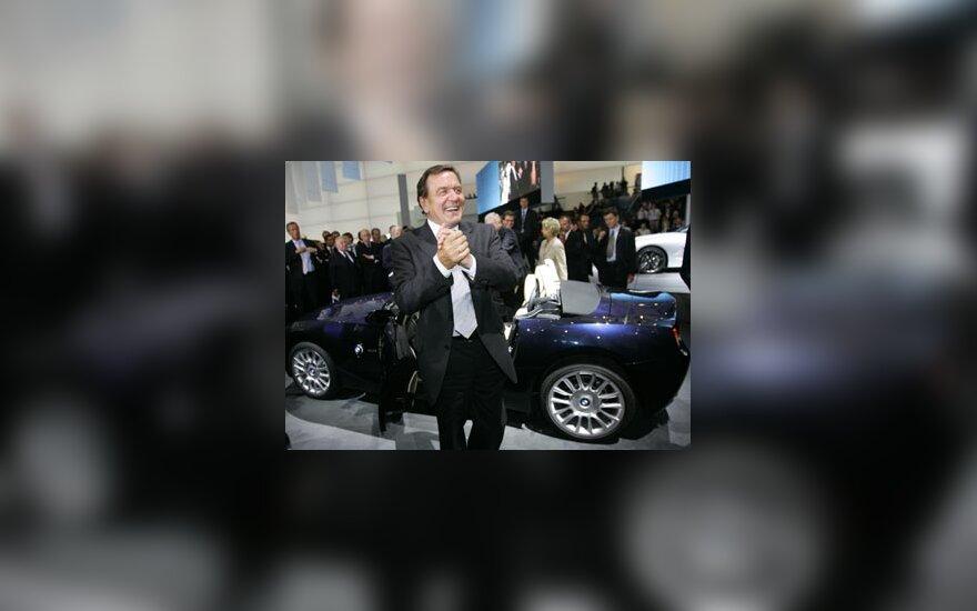 """Vokietijos kancleris Gerhardas Schroederis ploja lipdamas iš naujojo """"BMW Z4"""""""