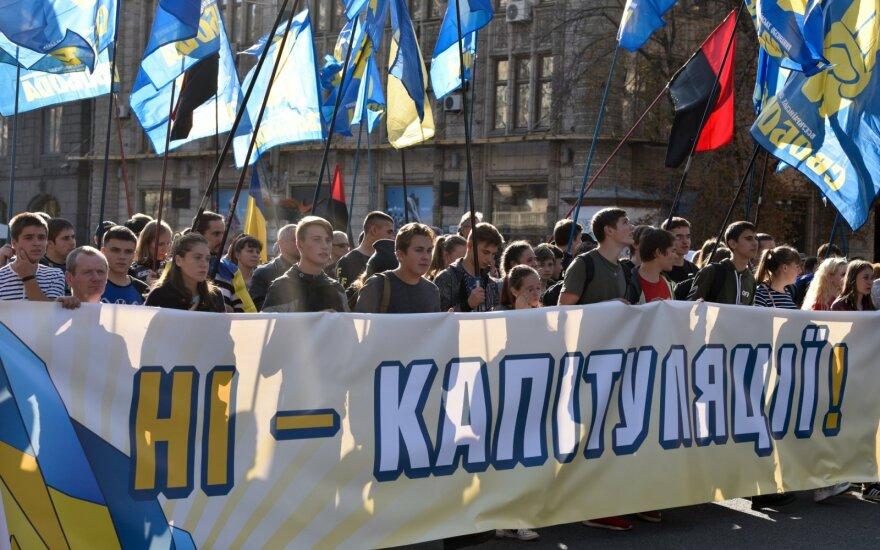 """Tūkstančiai ukrainiečių protestuoja prieš numatomą """"kapituliaciją"""""""