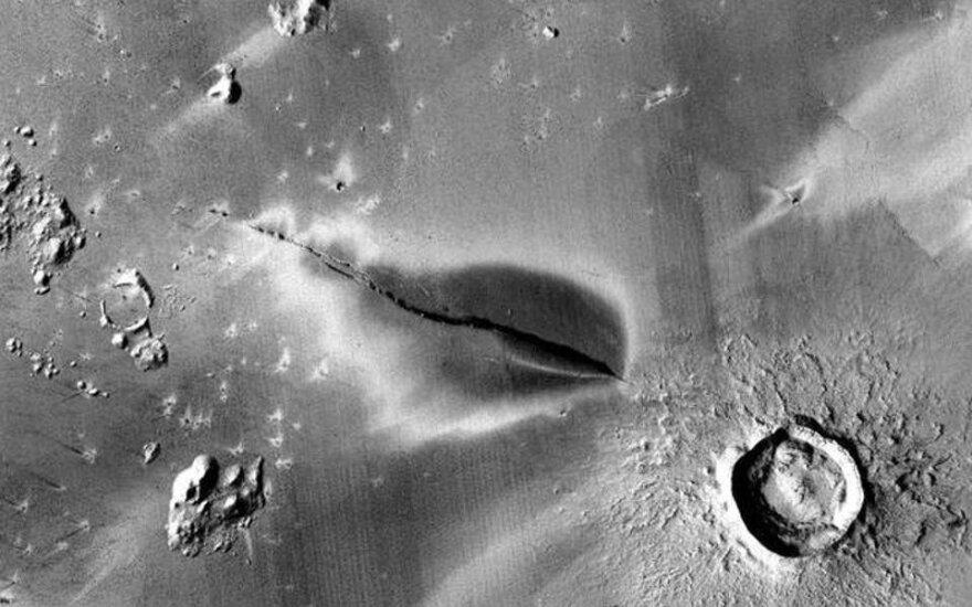 Neseno vulkaninio sprogimo nuosėdos aplink Cerberus Fossae plyšį. NASA/JPL/MSSS/The Murray Lab nuotr.