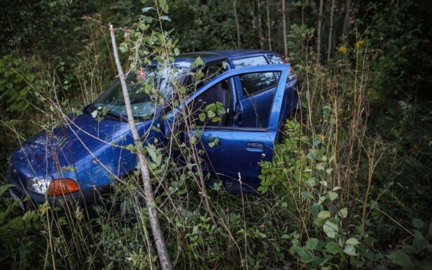 """Vilniuje apsivertė """"Fiat"""" - kompanija pabėgo automobilyje palikusi alų"""