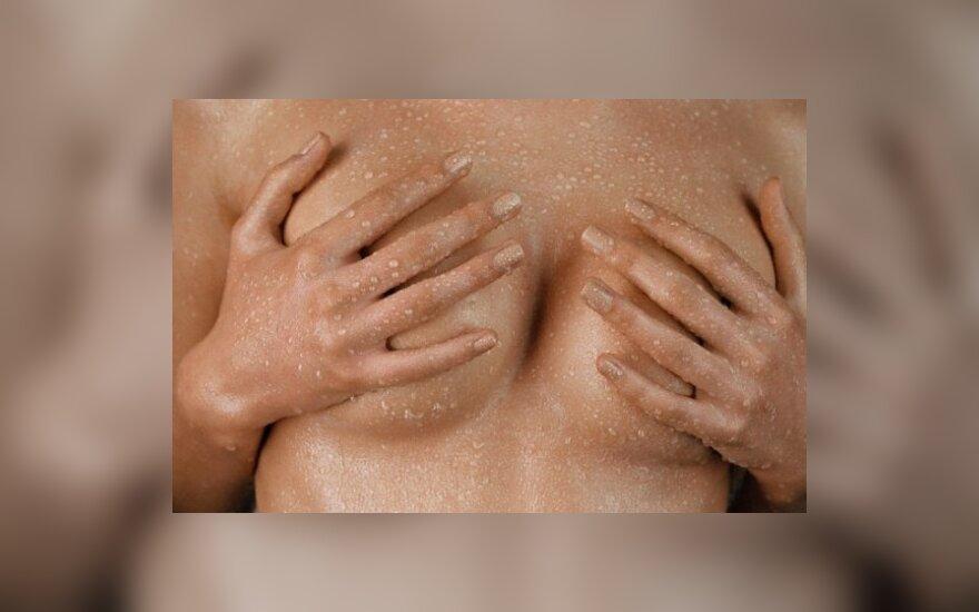 Italai diskutuoja, ar moterys gali degintis bei maudytis apnuoginusios krūtinę