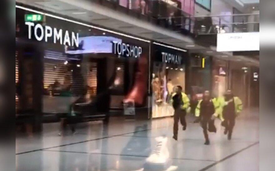 Mančesterio prekybos centre vyras peiliu puolė žmones, 4 žmonės subadyti