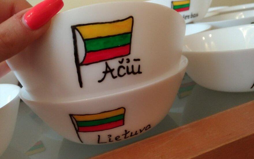 Lietuviška abėcėlė ant rankų darbo puodelių