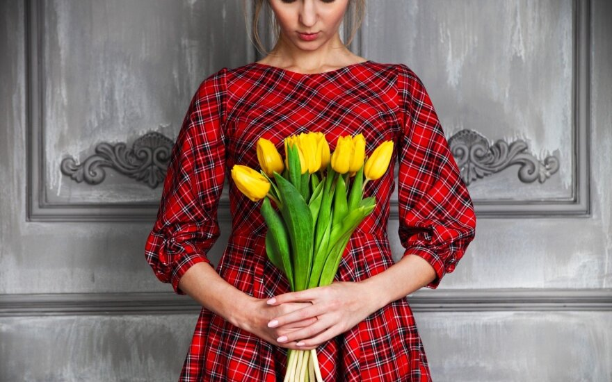 Moteris su tulpėmis