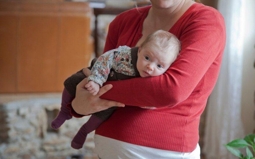 Nenešiojate kūdikio, baimindamiesi, kad įpras – rizikuojate savo vaiko fizine ir intelektine raida