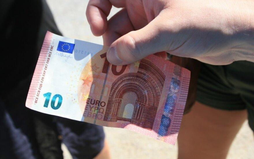 Antradienį bent trys gyventojai bandė atsiskaityti galbūt padirbtais eurais