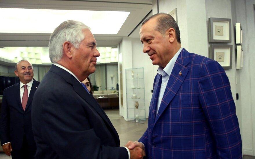 """R. Tillersonas: JAV stengiasi atkurti """"prarastą pasitikėjimą"""" santykiuose su Turkija"""