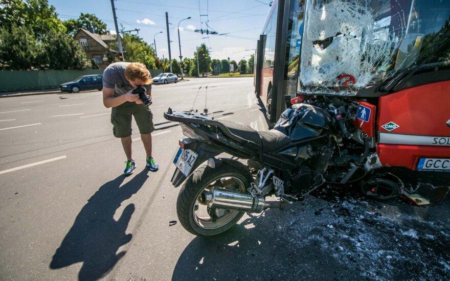 Avarija Kaune: smūgis buvo toks, kad motociklas įstrigo autobuse