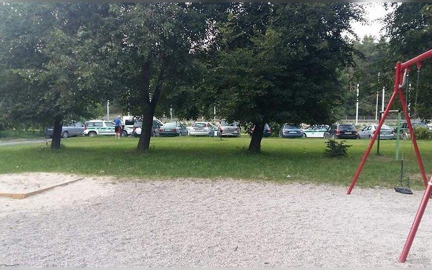 Praeivį sutrikdė policijos veiksmai: kodėl tirti automobilio įbrėžimo atvyko net keturi ekipažai?