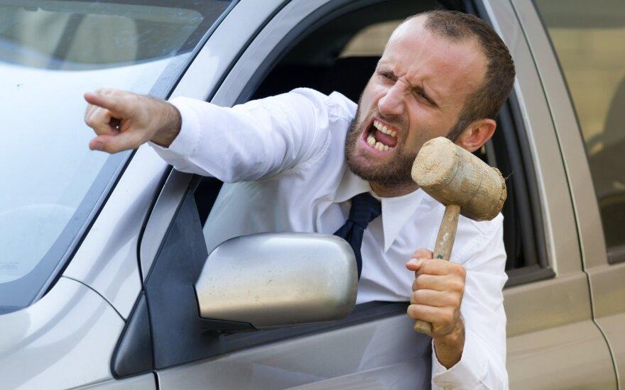 """""""Avarinį"""" įjungiate atsidėkodami, o garso signalą – kai supykstate: kaip iš tiesų reikia elgtis?"""