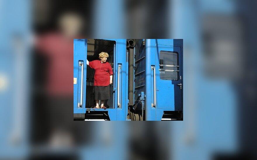 Moteris išlipa iš traukinio