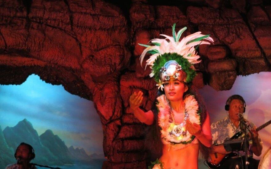 Lietuvius pakerėjo havajiečių svetingumas - keptas paršelis, gėlių vainikai ir egzotiški šokiai