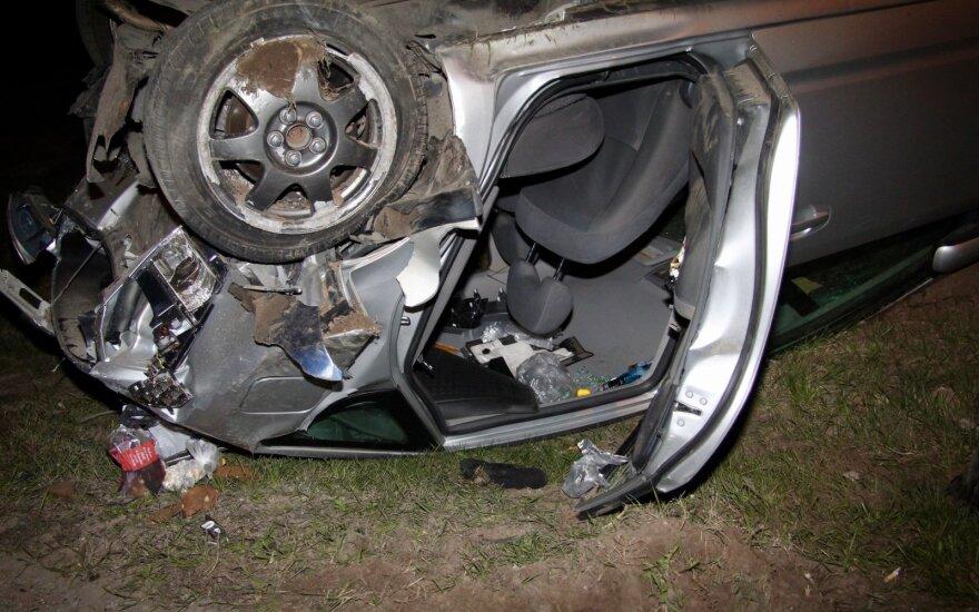 Tragiška avarija Varėnos rajone: šalia apvirtusio automobilio rastas negyvas vyras