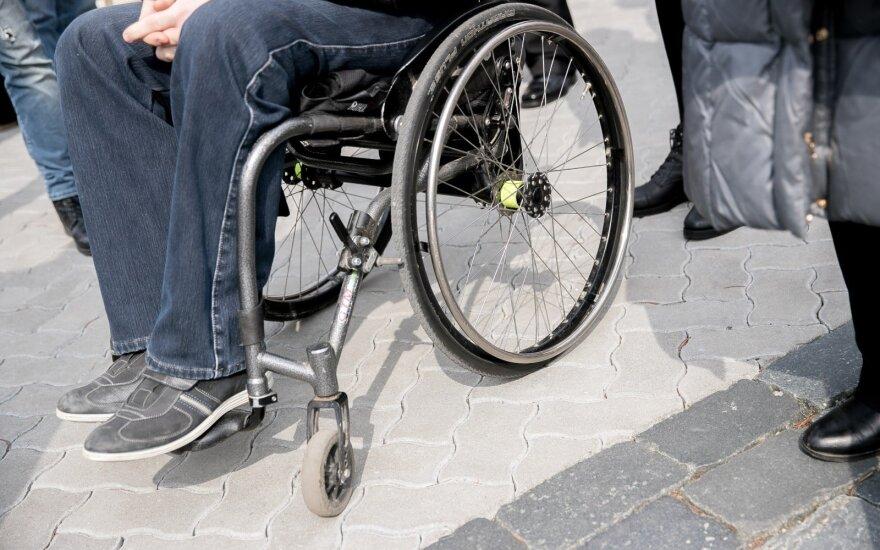 Neįgaliųjų tėvus ir globėjus pensijai draus valstybė
