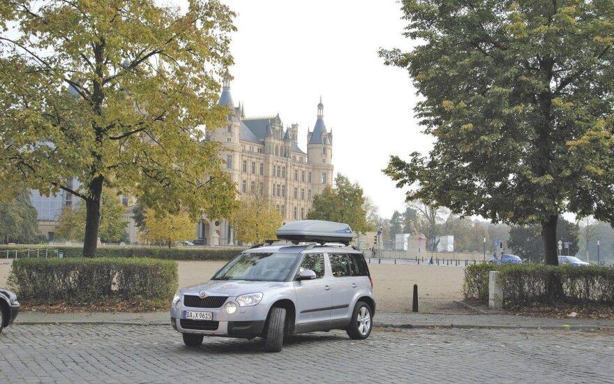 """Prie Šverino pilies: """"Yeti"""" atrodo smulkesnis, nei yra iš tikrųjų. Bagažinės talpa 405 l, tad kartais teko naudoti stogo bagažinę"""