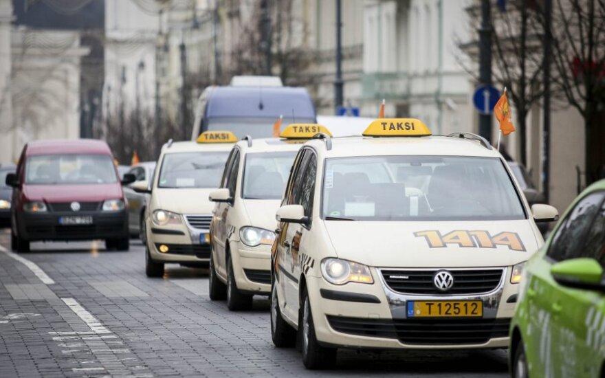 Svarbios privilegijos netekę Vilniaus taksi vairuotojai sukilo prieš savivaldybę: taip tik padidinsime spūstis