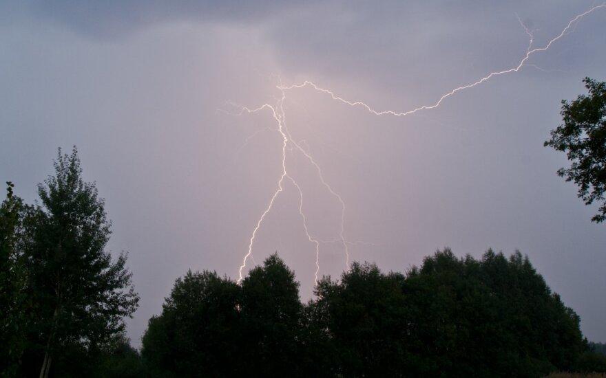 Baisi nelaimė Nidoje: žaibas nutrenkė jauną moterį
