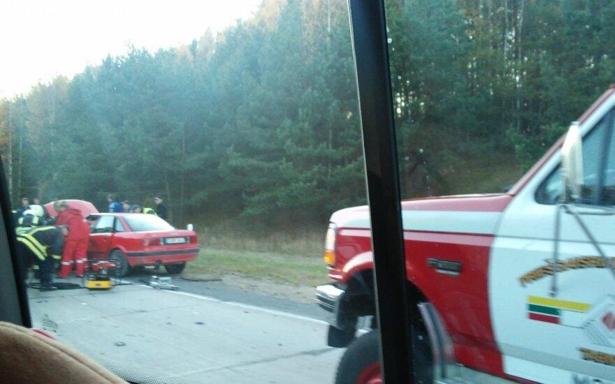 Ties Molėtais dviejų automobilių kaktomuša, automobilio nuolaužos prispaudė žmogų