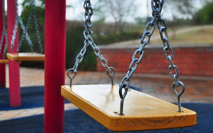7 patarimai tėveliams, kaip išsirinkti saugią vaikų žaidimų aikštelę