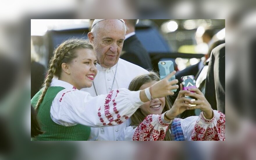 Lithuanian teenager's selfie with Pope Francis during Washington visit