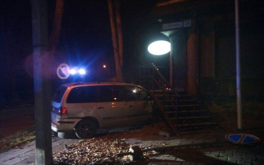 Avarija Panevėžyje: po smūgio nevaldomas automobilis rėžėsi į namą