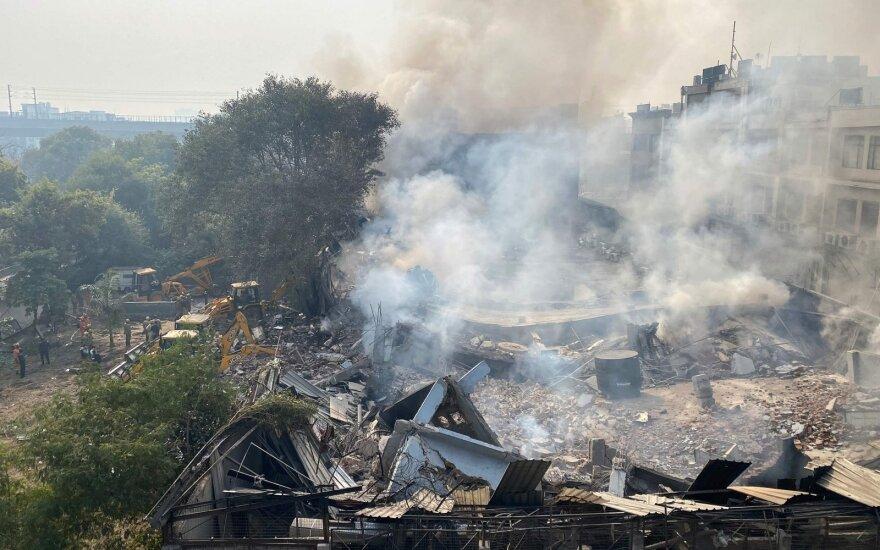 Indijoje per gaisrą fabrike įvykus griūčiai sužeista 14 žmonių