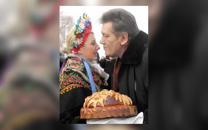Ukrainos prezidentas Viktoras Juščenko bučiuoja merginą tautiniu ukrainiečių kostiumu, sutinkančią jį su duona ir druska Donetske.