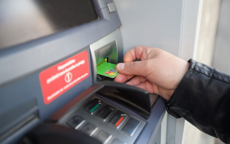 Kauno policija atpažino dvi bankomato užfiksuotas moteris