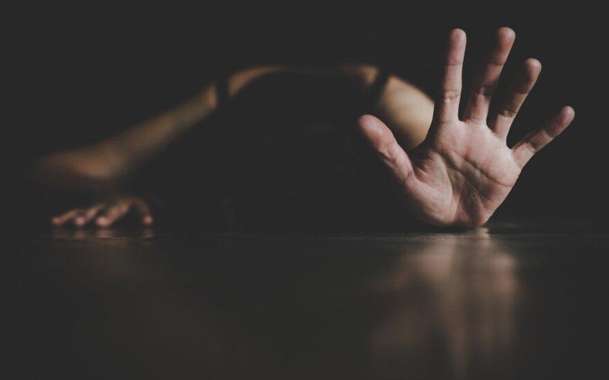 Viename Lietuvos kaime – žiauri moters dalia: po beveik mirtinų vyro smūgių anyta liepė nekviesti greitosios ir visiems meluoti