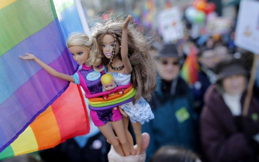 Paryžiuje dešimtys tūkstančių žmonių reiškė palaikymą gėjų santuokoms