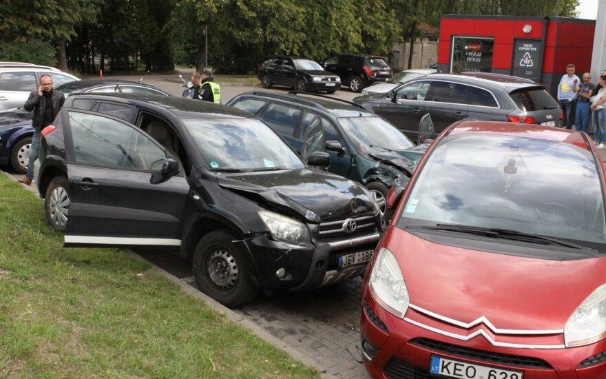 """""""Toyota RAV4"""" skrydis Vilniuje: nusileido ant """"Rimi"""" aikštelėje stovinčių automobilių, du net pervažiavo"""