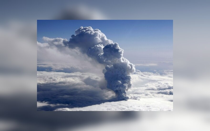 Dūmai rūksta iš Islandijoje Eyjafjallajokullo ledyne išsiveržusio ugnikalnio.