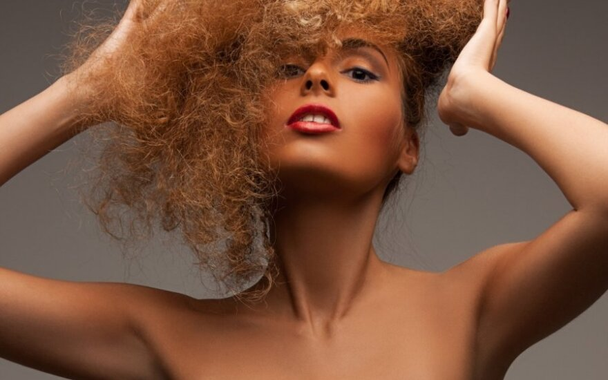 5 profesionalūs patarimai, kaip kovoti su plaukų elektrinimusi
