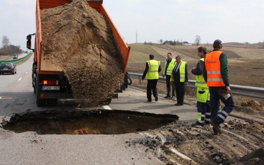Duobės keliuose: kodėl Lietuvos kelių būklė nuolat blogėja