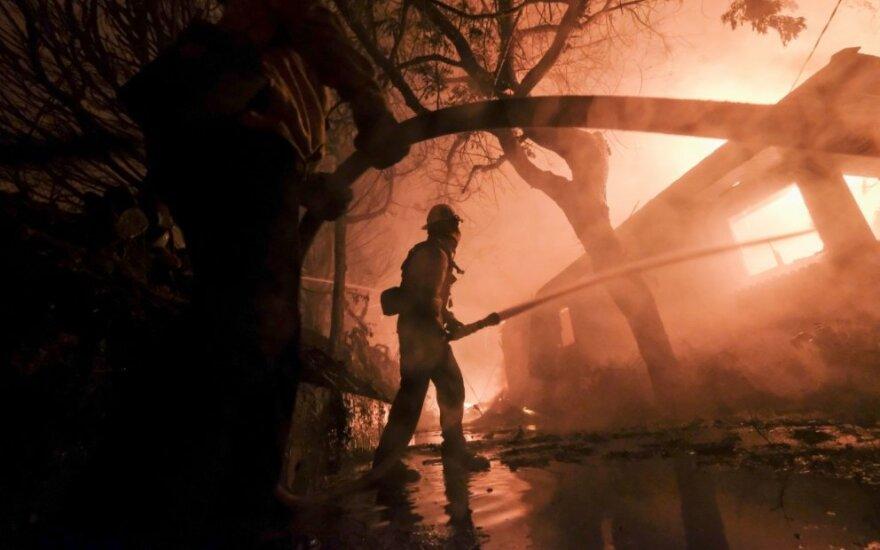 Su gaisrais Kalifornijoje kovoja 8 tūkst. ugniagesių
