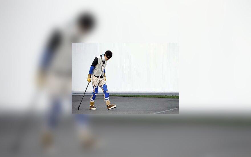 """""""Nissan"""" darbuotojas dėvi senatvę imituojantį kostiumą"""